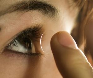 Kontaktlinse auf FInger 2
